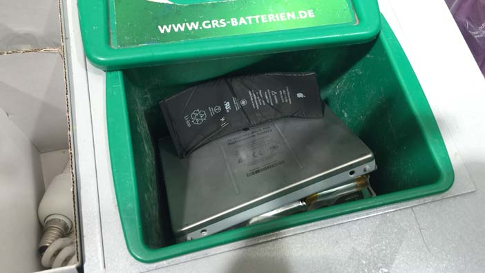 Zwei Apple-Akkus im Recyclingbehälter