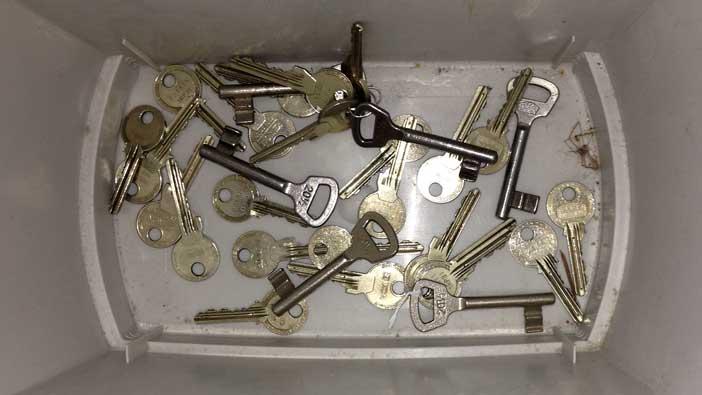 Alte Schlüssel im Eimer