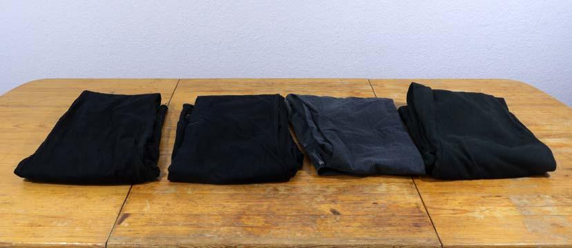 Vier dunkle Hosen